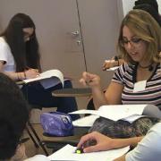 תלמידים במהלך עבודה קבוצתית באוניברסיטת תל-אביב לנוער