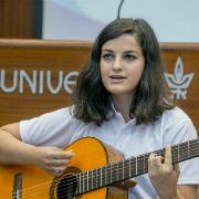 תלמידת המחזור השלישי של תכנית אלפא מנגנת בטקס הסיום של מחנה הקיץ