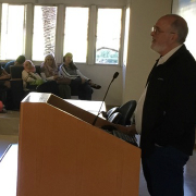 פרופ' יצחק בן ישראל מרצה לבני נוער מחוננים ביחידה לנוער שוחר מדע