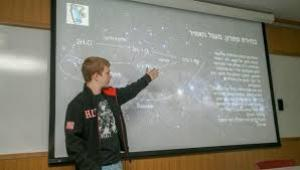 ילד מציג מפת כוכבים על לוח