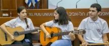 שתי נערות עם גיטרה ונער