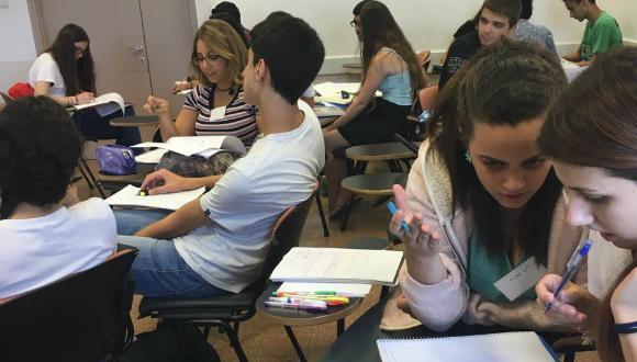 תלמידי אוניברסיטת קיץ לומדים בכתה