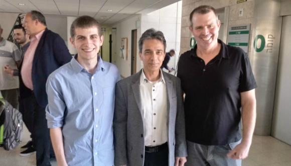 """גיא דניאל הדס, עומד לצד רקטור האוניברסיטה, פרופ' ירון עוז וד""""ר ארז פיטן, המנהל האקדמי של תכנית אודיסיאה באוניברסיטת תל אביב לנוער."""