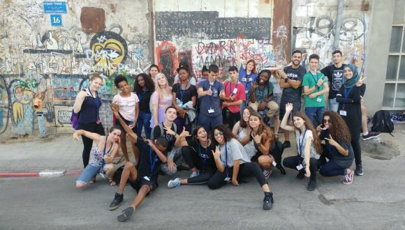 תלמידים על רקע קיר עם גרפיטי