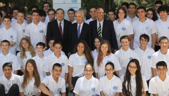 הנשיא פרס עם תלמידי מדעני העתיד