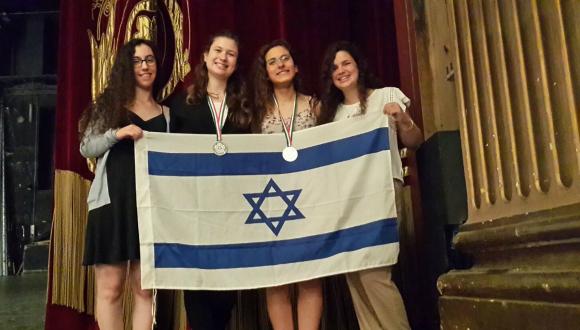 חברות הנבחרת עם המדליות ודגל ישראל