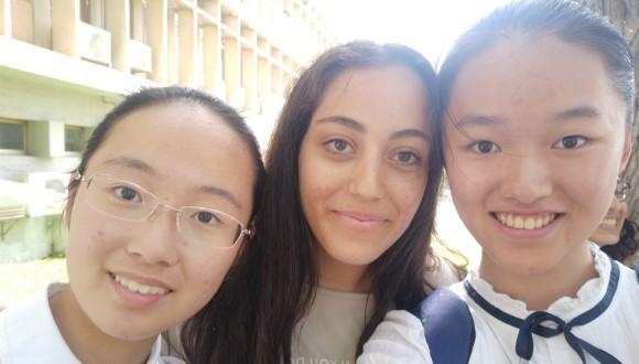 שתי נערות סיניות ונערה מישראל