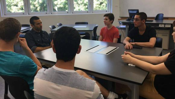 """תלמידי תכנית הנשיא עם ד""""ר יוסי יובל זוכה פרס קריל"""