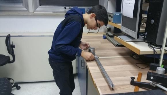 נער עורך ניסוי בפיזיקה