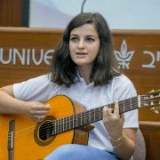 נערה מנגנת על גיטרה