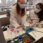 תלמידות מבצעות ניסוי