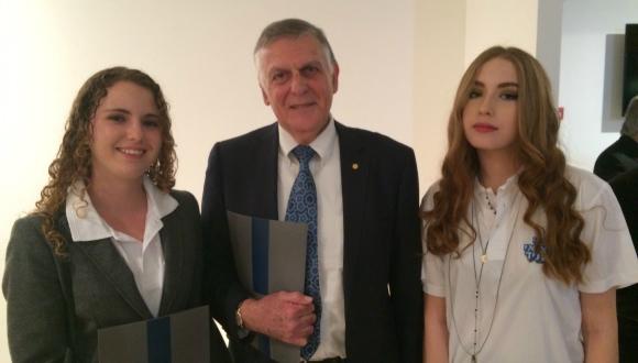 זוכה פרס נובל פרופ' דן שכטמן עם תלמידות אוניברסיטת תל אביב לנוער בטקס פרס וולף